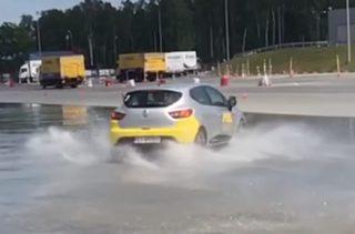 Testowy przejazd po urządzeniu destabilizującym tor jazdy pojazdu [VIDEO]