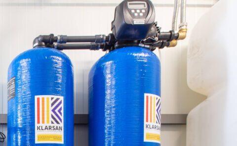 Jakie są zalety dwubutlowego zmiękczacza wody w myjniach Cleanart?